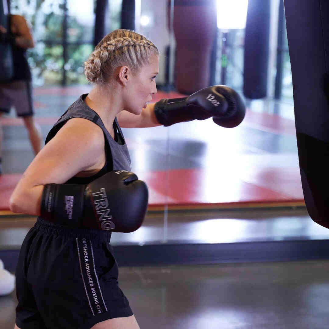 Quel côté du corps pousse la boxe à travailler?